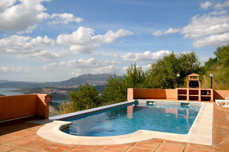 Restored traditional farmhouse sleeps 9, holiday rental in Riofrio