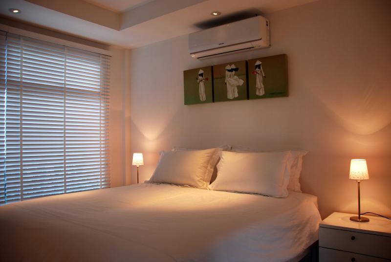 Dormitorio con king size bed y baño ducha