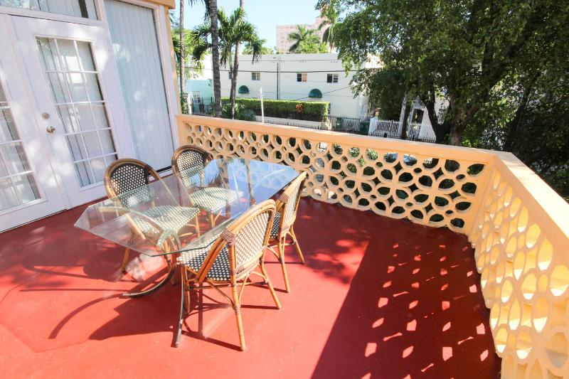 2 bed, one bath, balcony, wifi, walk to beach, parking available, alquiler de vacaciones en Miami Beach