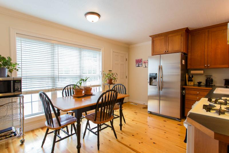 Great kitchen-table expands to 6