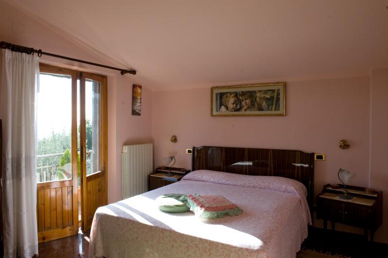 Camera rosa con balcone vista lago , se occorre aggiunta di letto singolo o culla.
