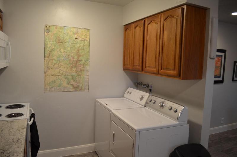 Lavadora y secadora con mapa de la zona.