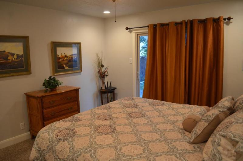 Esta es la habitación más grande con rey cama. Puertas corredizas que conduce a la yarda.