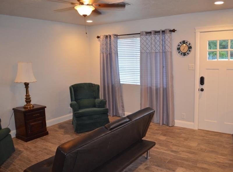 Sala antes de TV fue colocado - algunos muebles pueden ser diferentes que en la foto.