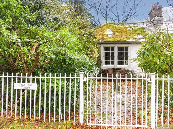 TOWNHEAD COTTAGE, romantic cottage, open fire, private garden, walks from the, vacation rental in Dockray