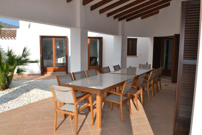 Ou jantar no terraço, espaço para 12 comensais.