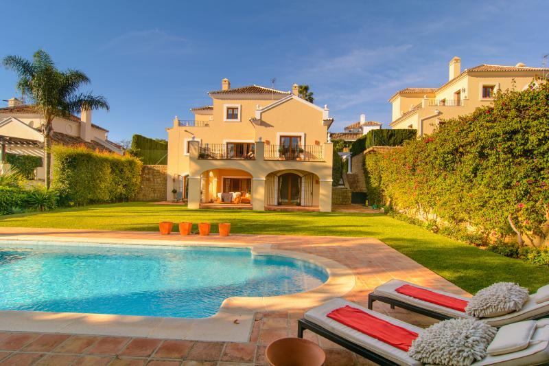 Three bedroom villa w/ large plot and heated pool