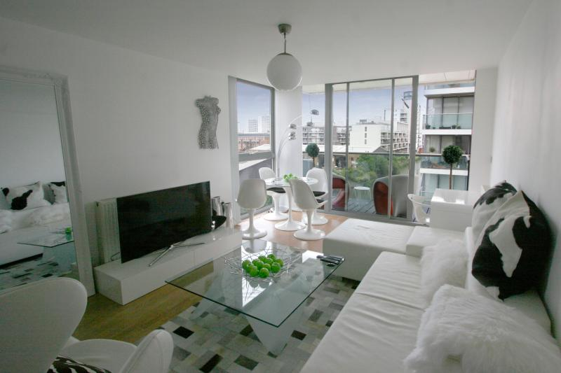 DESIGNER 2bed 2bath Waterfront Zone2 Central, vacation rental in London