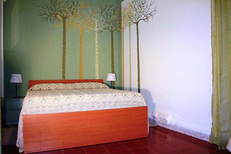 Caratterizzata da un riposante colore verde, ha un letto matrimoniale posto ai piedi di una foresta