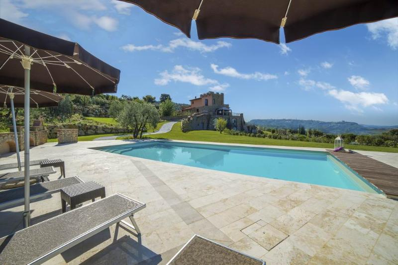 The old Tower Villa, Luxury home, swimming pool, village walking distance, holiday rental in Palagio
