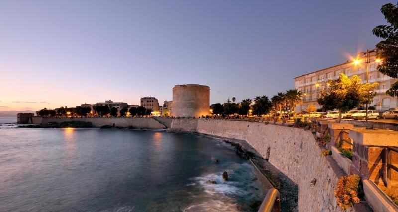 Le mura di Alghero al tramonto