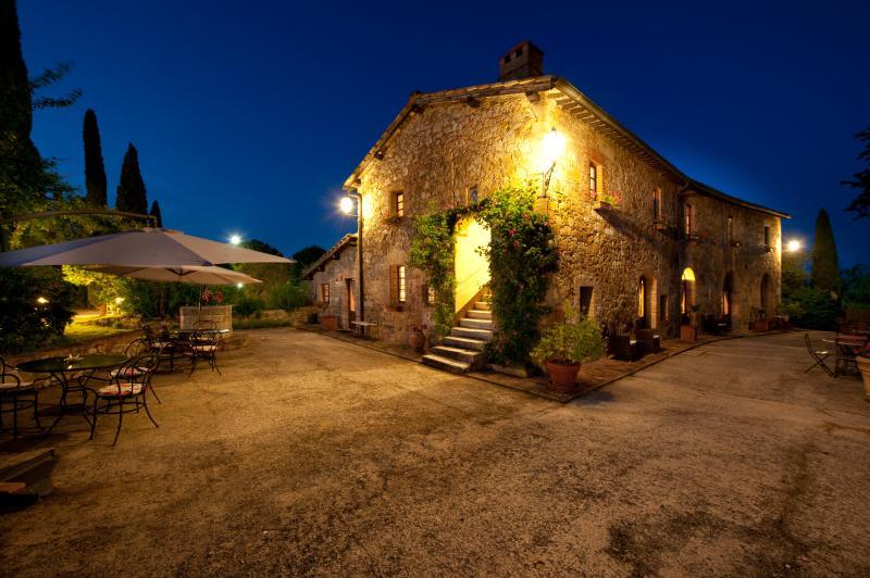 External farmhouse in San Quirico d'Orcia / Sarna residence by night