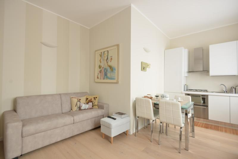 Design District: Bright & Cozy Apartment, holiday rental in Buccinasco