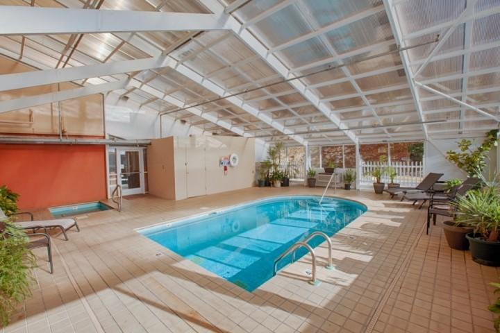 Neem een duik in het prachtige overdekte zwembad!