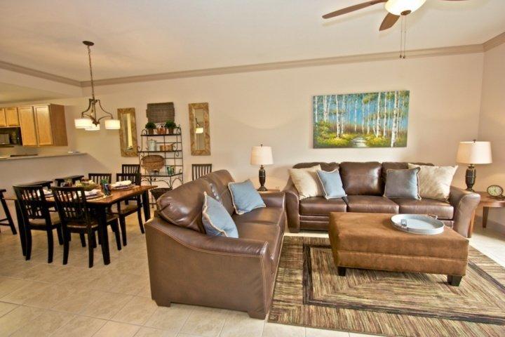 Salle de séjour spacieuse avec balcon donnant sur les accès Smoky Mountains! Profitez d'une tasse de café le matin et se détendre!