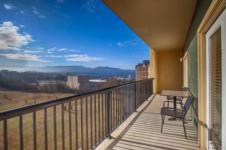 Disfrutar de las vistas a las montañas desde el balcón!