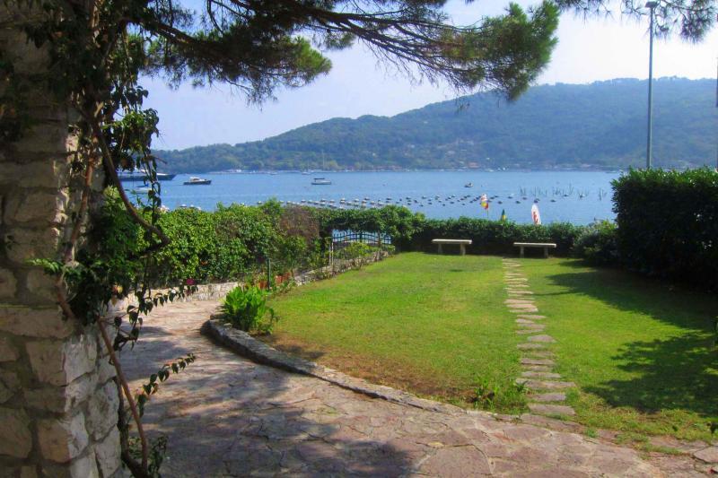 VILLA MIRANDA Cozy Villa 10m from the shore, free WiFi, BBQ near to Cinque Terre, alquiler de vacaciones en Porto Venere