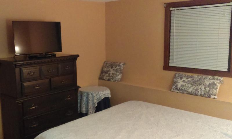 """Deuxième chambre w/Queen Bed et 32"""" TV à écran plat."""