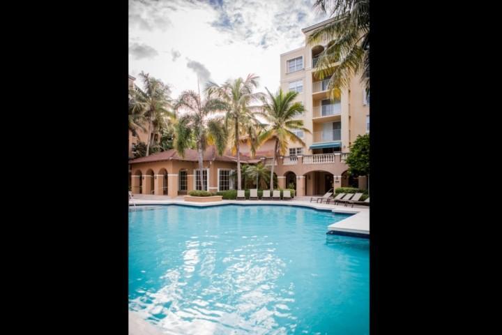 Grande, piscina tropical atrás do clubhouse