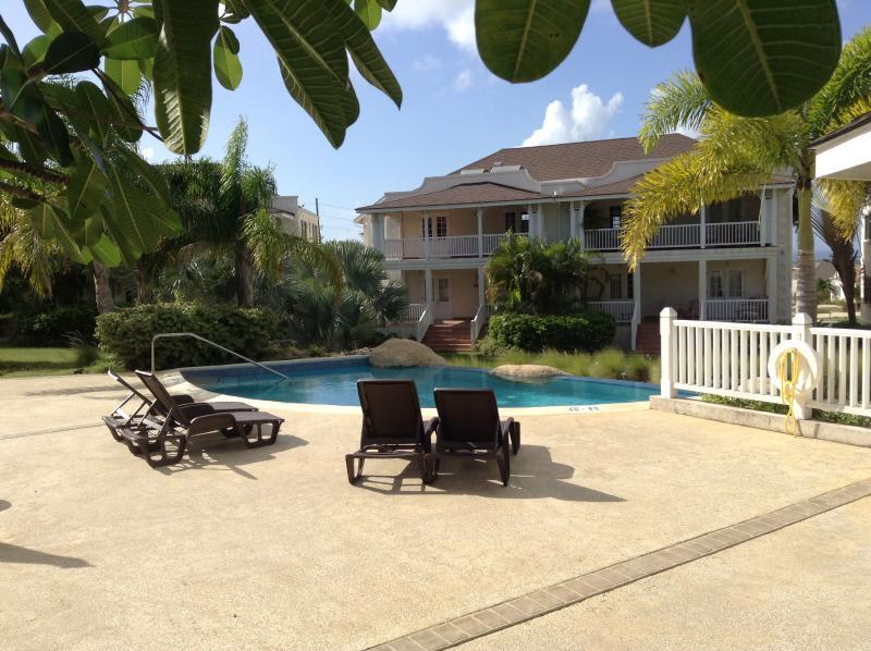 Áreas de amplia terraza con vistas a la piscina de dos niveles. Simplemente relajarse!