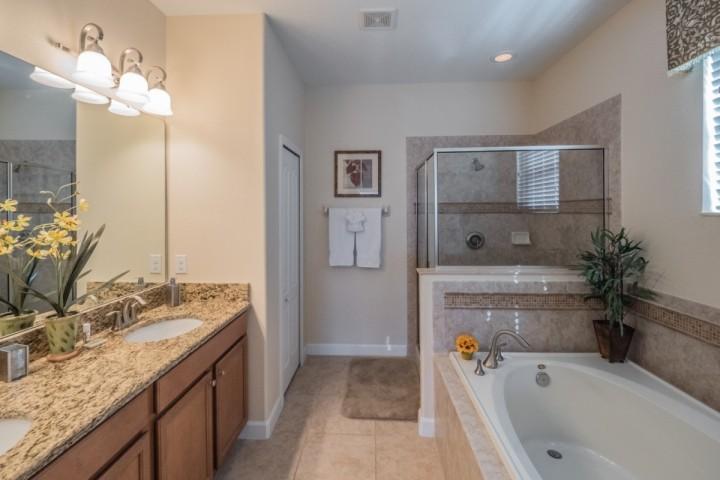 Baño Rey En Suite w / lavabo doble, bañera de jardín y una cabina de ducha