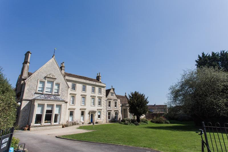 Weston Lodge apartment for 4 or 5 - quiet, stylish and spacious. Near the RUH., holiday rental in Bath