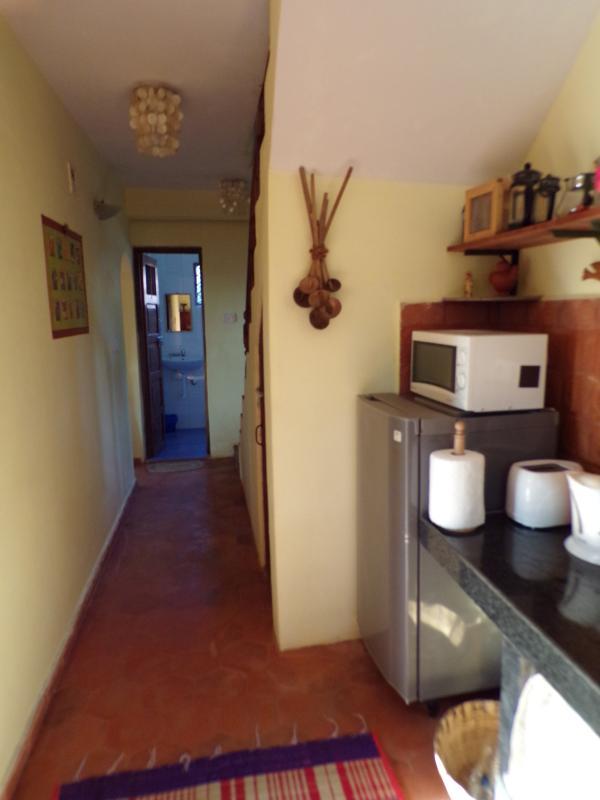 Pasillo conduce al baño del piso inferior.