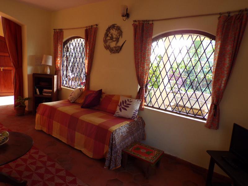 Sofa camas con colchones individuales que también se pueden poner para hacer una cama doble.