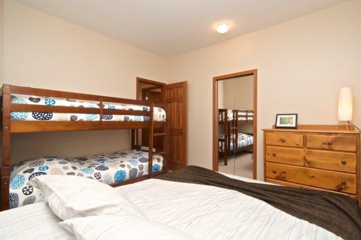 2. Schlafzimmer hat Queen-Bett plus neue Etagenbetten