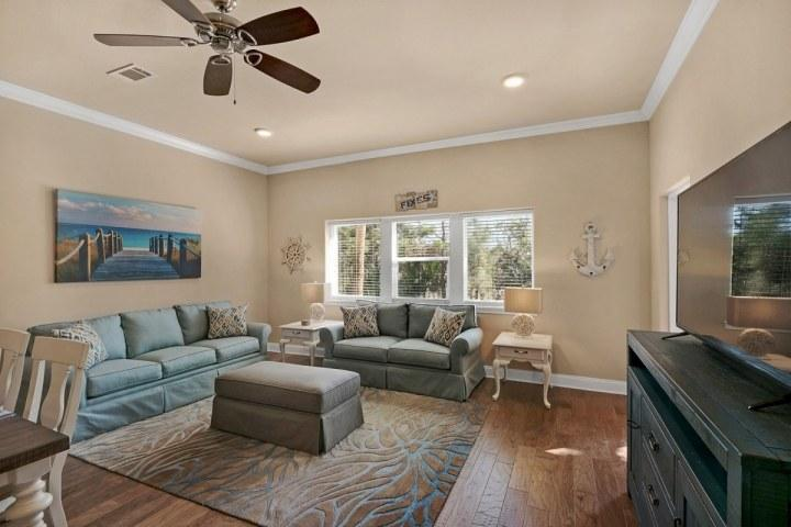 Large and spacious living room to enjoy quality family time.