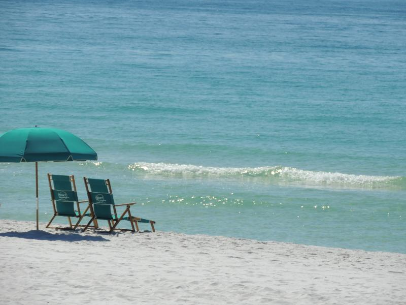 Captains Quarters Destin (private beach) Across from pool & 2 minutes to beach., holiday rental in Destin