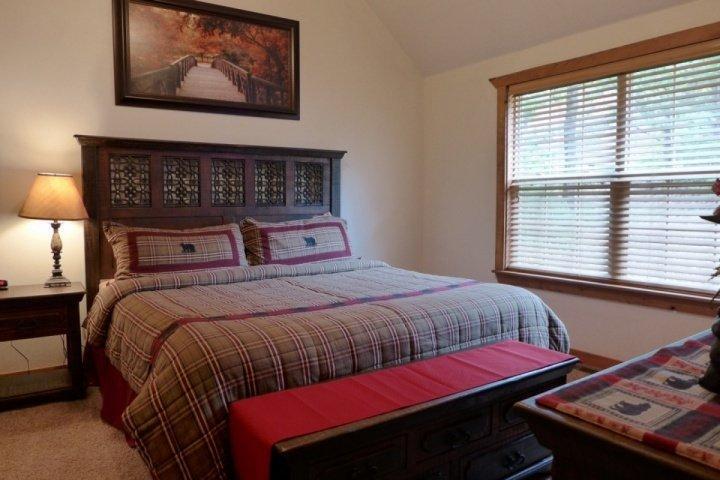 Andra sovrum med dubbelsäng och privat badrum