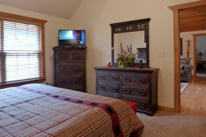 Master Suite med dubbelsäng och platt-TV