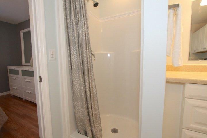 sala de lavado con ducha situado entre los dos dormitorios