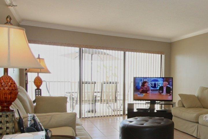 Sala de estar con pantalla plana grande