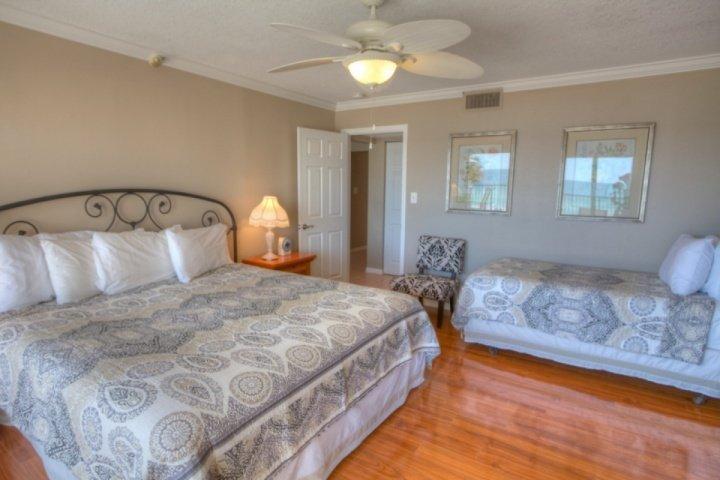 Dormitorio principal con cama de matrimonio y cama individual