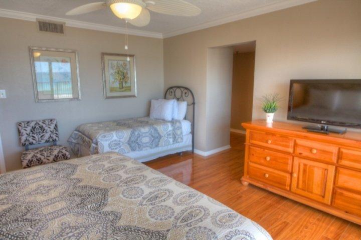 Dormitorio principal con cama King, cama individual y TV por cable