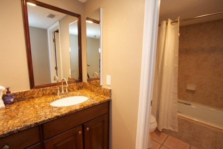 Baño principal con doble lavabo, bañera / ducha