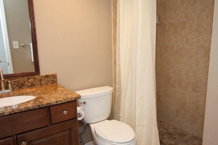 Cuarto de baño de invitados con ducha