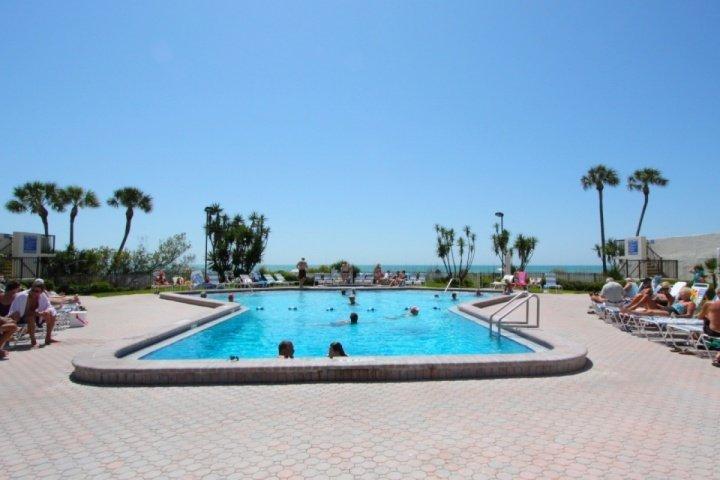 Área de la piscina en el Ocean Sands