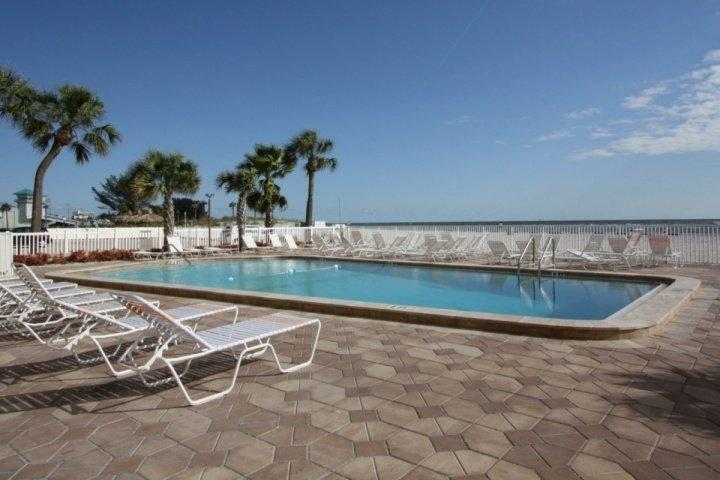 Stay on the Beach Across from John's Pass. Fantastic Location!, location de vacances à Madeira Beach