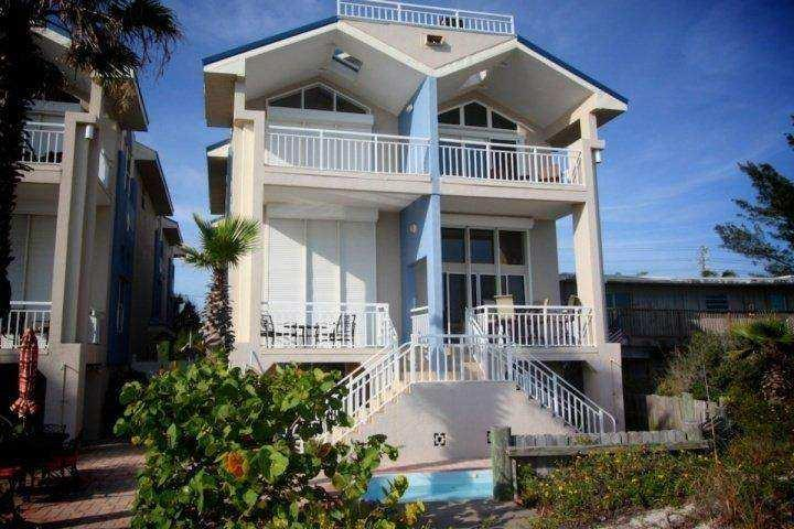 Four bedroom townhouse, end unit, on the beach