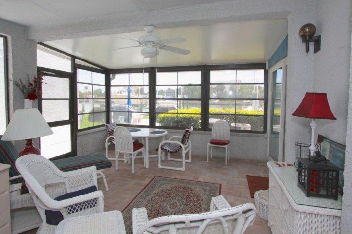 Veranda zitplaatsen met uitzicht op de Intercoastal.