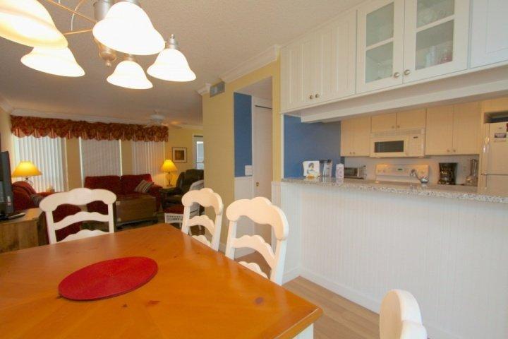 Eetkamer, keuken en woonkamer