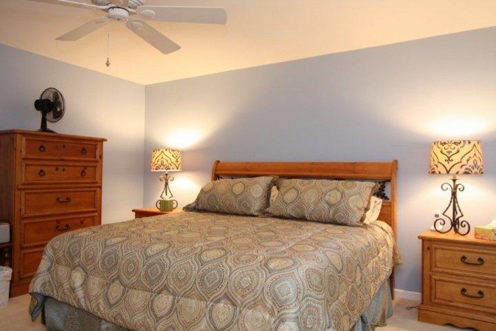 Master slaapkamer met een kingsize bed