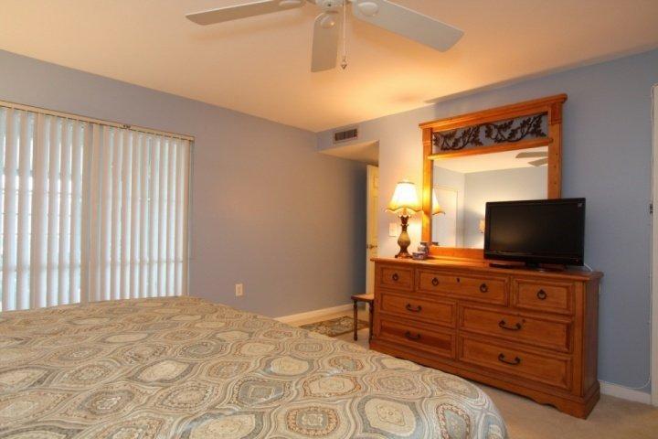 Master bedroom met kingsize bed en kabel-tv