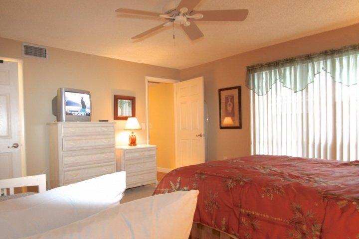 Tweede slaapkamer met een Queen size bed en een twin trundel bed en kabel-tv
