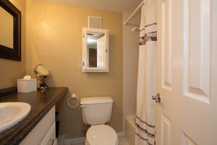 Gast badkamer met een douche / bad