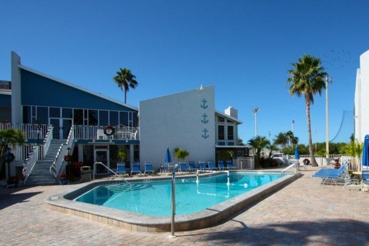 De Yacht Club Pool Area