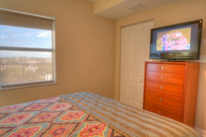 Deuxième chambre avec un lit Queen et TV à écran plat